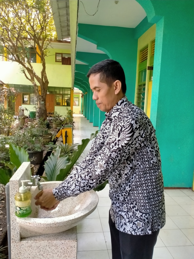Sumbangsih SMAN 6 Malang, Bagikan Gratis Hand Sanitizer Buatan Sendiri (757294)