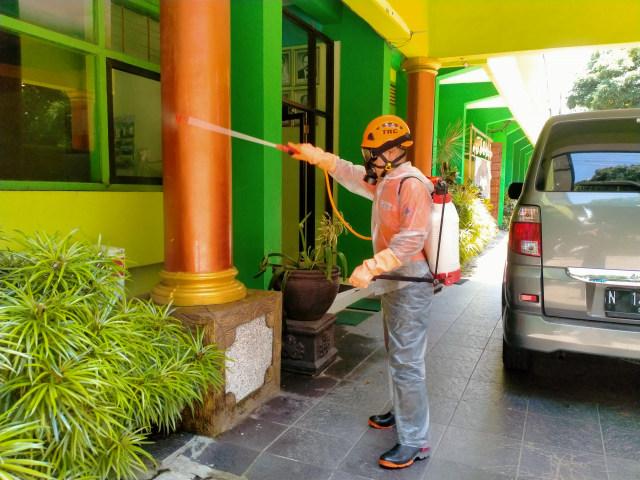 Sumbangsih SMAN 6 Malang, Bagikan Gratis Hand Sanitizer Buatan Sendiri (757295)
