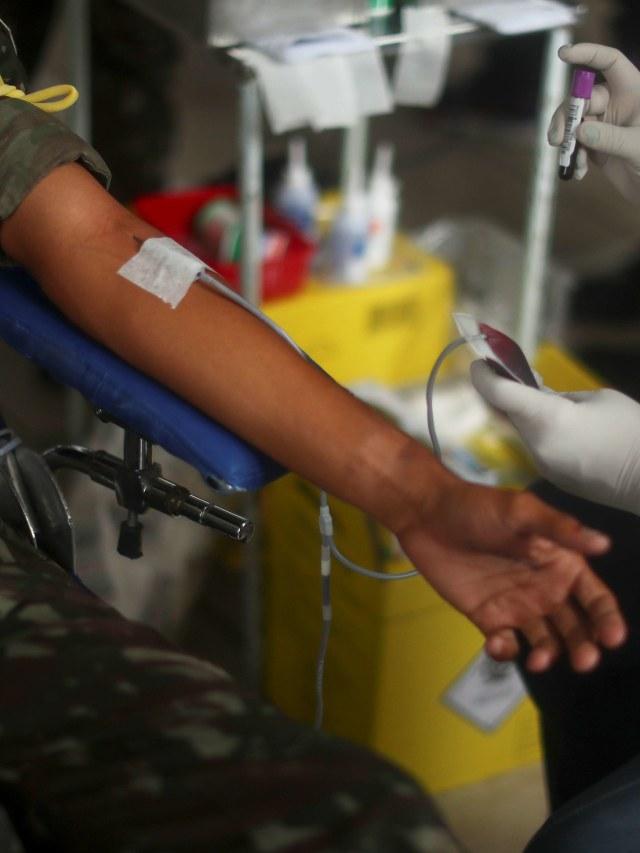Foto: Aksi Tentara Brasil Donor Darah di Tengah Wabah Corona (1253167)