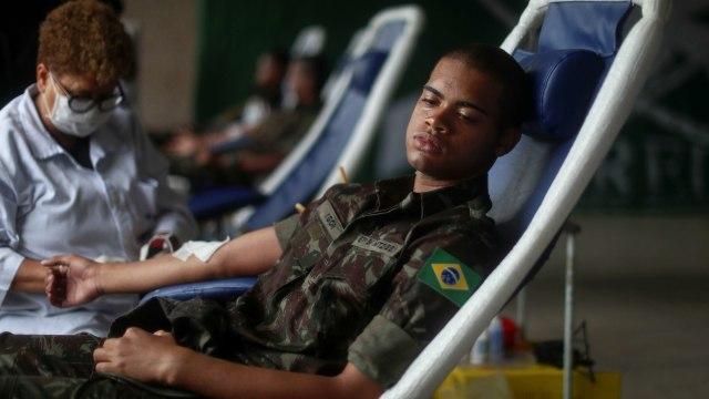 Foto: Aksi Tentara Brasil Donor Darah di Tengah Wabah Corona (1253174)