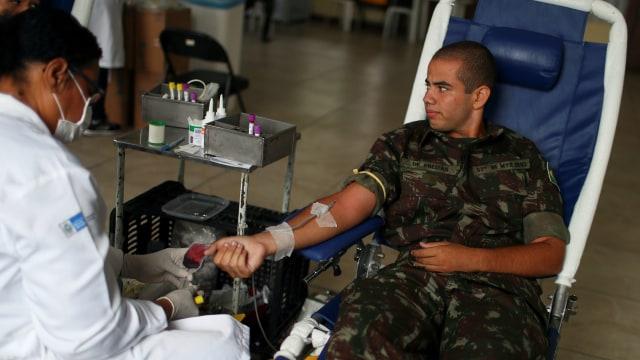 Foto: Aksi Tentara Brasil Donor Darah di Tengah Wabah Corona (1253173)