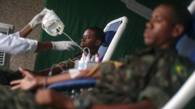Foto: Aksi Tentara Brasil Donor Darah di Tengah Wabah Corona (1253171)
