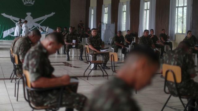 Foto: Aksi Tentara Brasil Donor Darah di Tengah Wabah Corona (1253168)
