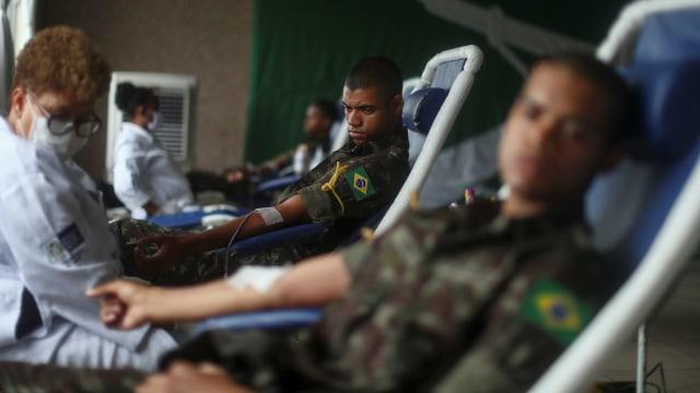 Foto: Aksi Tentara Brasil Donor Darah di Tengah Wabah Corona (1253169)