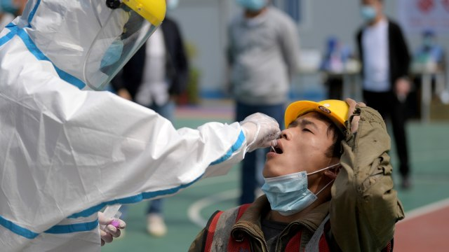 Kabar Corona Dunia: Duterte Tetap Beli Vaksin Sinovac; Tim WHO Tiba di Wuhan (124380)