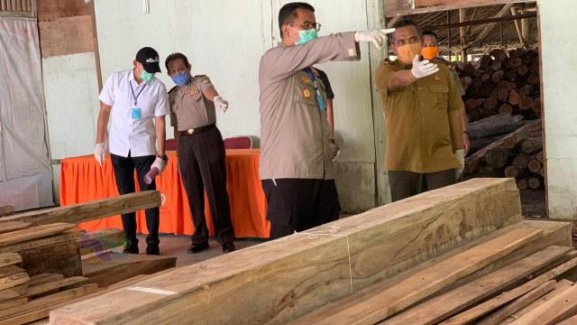 Polisi Bojonegoro Amankan 4 Orang Pelaku Ilegal Logging  (218337)