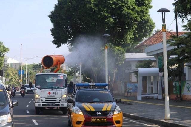 Polda Metro Jaya Semprot Disinfektan Kawasan GBK hingga Kota Tua (20645)