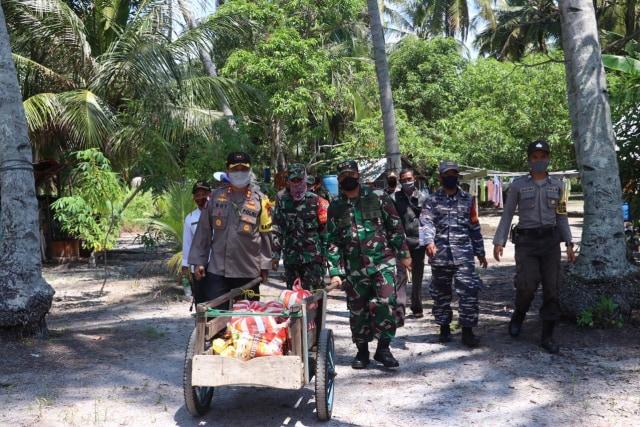Ratusan Paket Sembako dari TNI-Polri untuk Warga Terdampak COVID-19 di Lingga (371142)