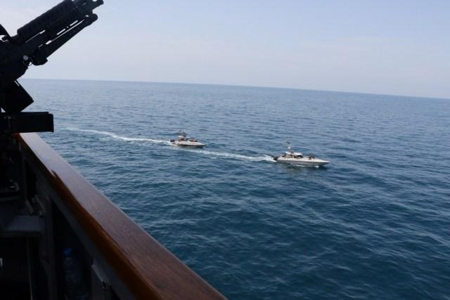 yg04ogxmilthyjnaar56 - Kapal Garda Revolusi Iran 'Kerubuti' Kapal Perang AS di Teluk