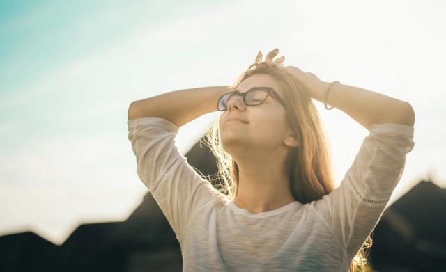 5 Cara agar Kamu Tidak Terlalu Kepikiran soal Omongan Orang Lain (65222)