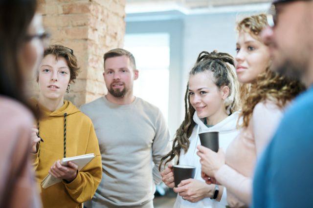 5 Cara agar Kamu Tidak Terlalu Kepikiran soal Omongan Orang Lain (65226)