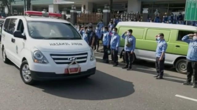 Petugas Ambulans DKI Meninggal di Tengah Corona, Rekan Kerja Beri Penghormatan (808470)