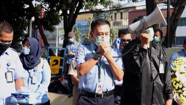 Petugas Ambulans DKI Meninggal di Tengah Corona, Rekan Kerja Beri Penghormatan (808471)