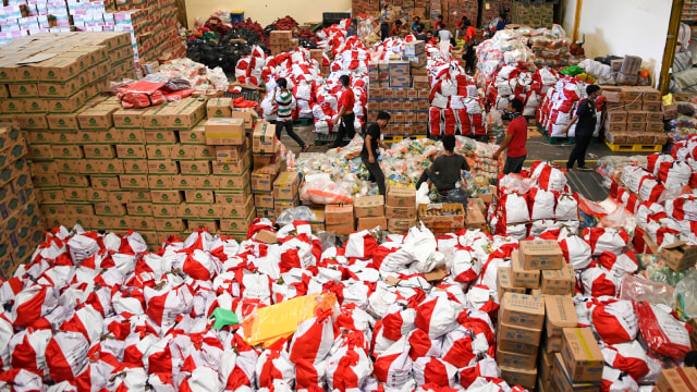 Pekerja mengemas paket bantuan sosial (bansos)