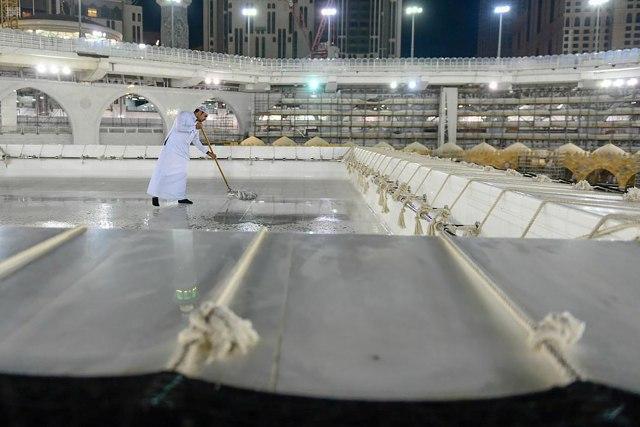 Ka'bah Dibersihkan Menjelang Ramadhan