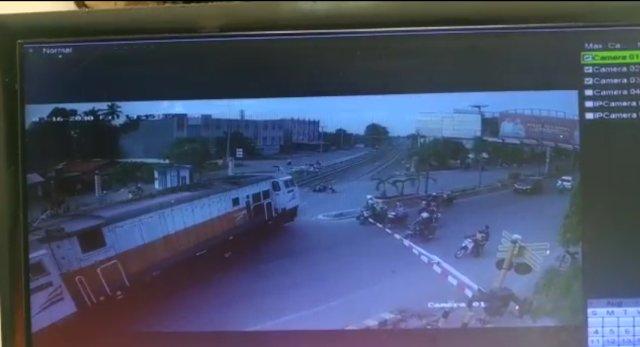 Terobos Palang Pembatas, Pasutri di Sumsel Tewas Tertabrak Kereta Api (2254)