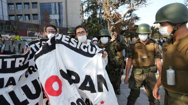 Polisi Chile Tahan 50 Orang karena Demo Hari Buruh di Tengah Pandemi Corona (407800)