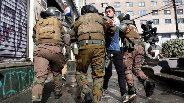 Polisi Chile Tahan 50 Orang karena Demo Hari Buruh di Tengah Pandemi Corona (407799)