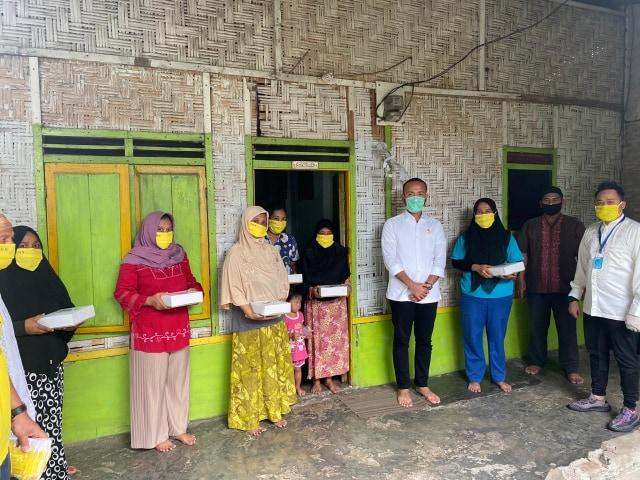 Akbar Himawan Buchari Bagikan Makanan Berbuka Puasa dan Masker ke Warga Medan  (90877)