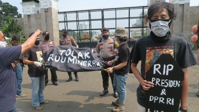 Pengesahan UU Minerba: Kecurangan saat Corona, Berpihak pada Korporat Batu Bara (975432)