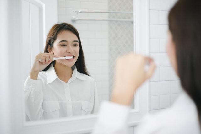 Sering Bau Mulut Setelah Bangun Tidur? Ketahui Penyebab & Cara Mengatasinya (1005885)