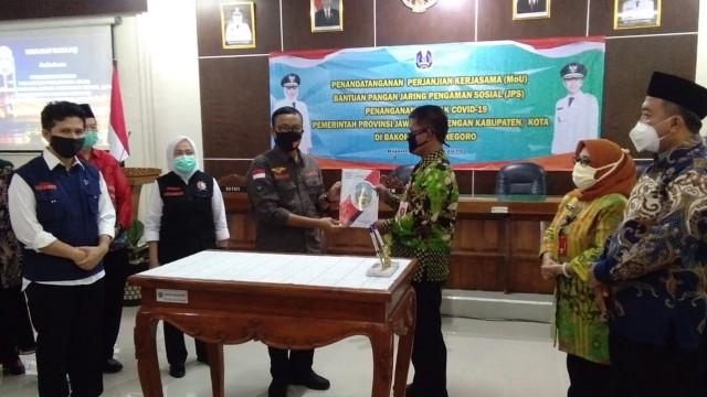 Pemprov Jatim Kucurkan Bantuan Sosial Dampak Covid-19 di Bojonegoro (789899)