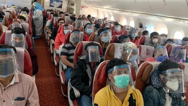 Ini Pemandangan di Pesawat Saat Warga India Dievakuasi dari Singapura (53995)