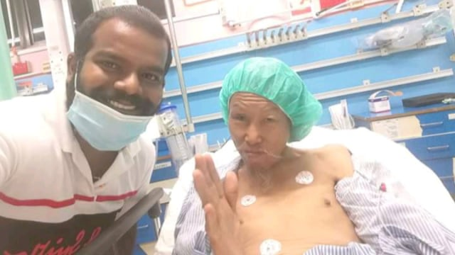 Viral Pengemudi Ojol Tolong Kakek Tunawisma yang Terkapar di Pinggir Jalan (22899)