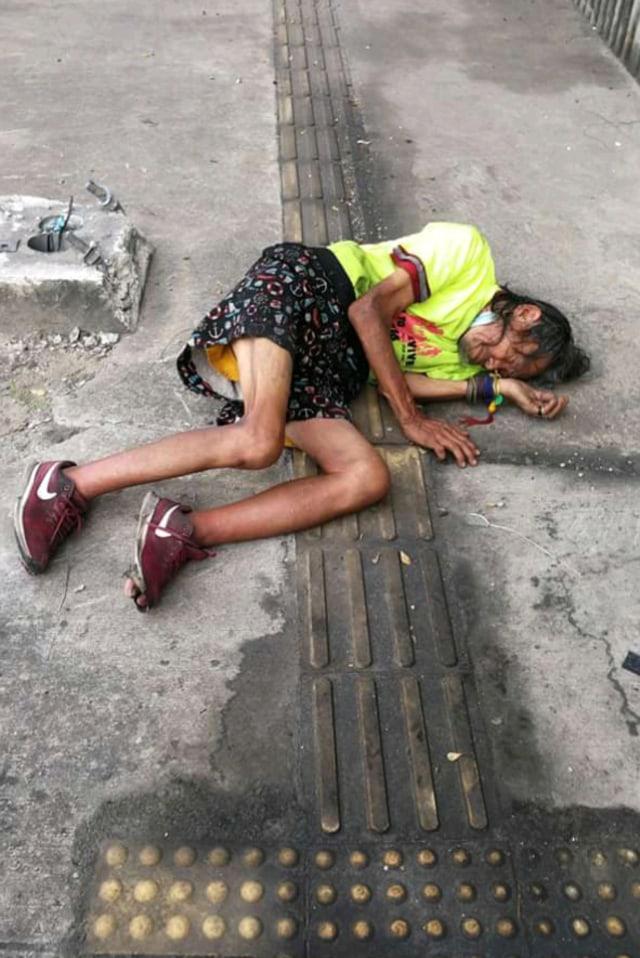 Viral Pengemudi Ojol Tolong Kakek Tunawisma yang Terkapar di Pinggir Jalan (22898)