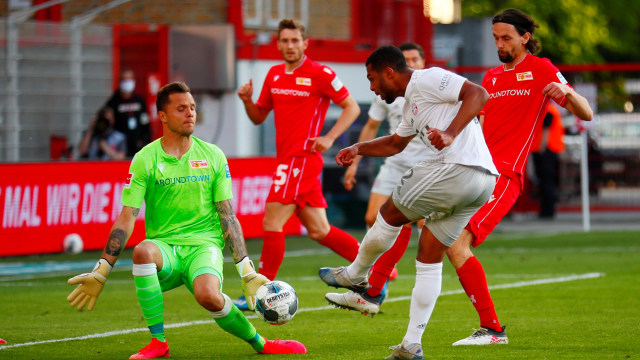 Bundesliga: Dua Pria Panjat Pohon demi Tonton Bayern Muenchen vs Union Berlin (316822)