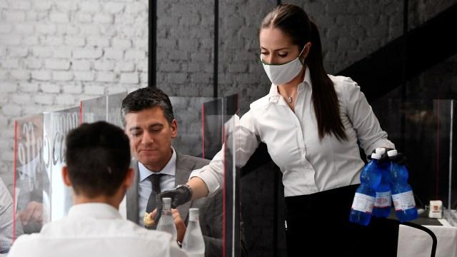 Siapa yang Paling Berisiko Terpapar Virus Corona Saat di Restoran? (141546)