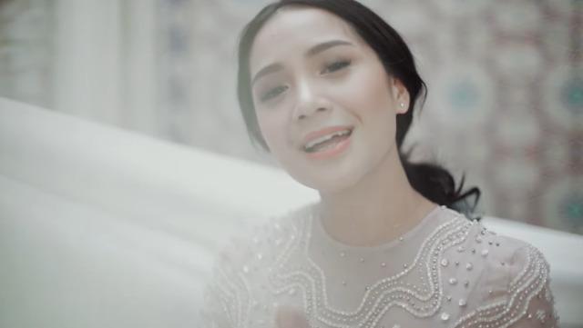 Lirik Lagu Dengan Menyebut Nama Allah - Nagita Slavina (740261)
