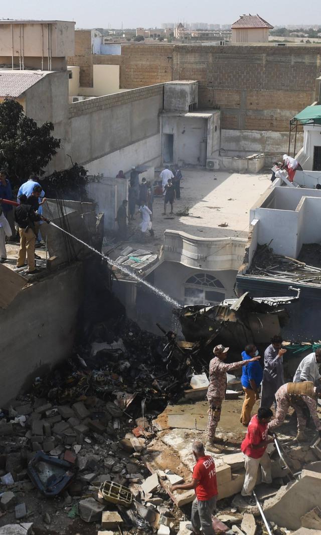 Kesaksian Korban Selamat Pesawat Jatuh di Pakistan: Melihat Cahaya, Saya Lompat (13556)