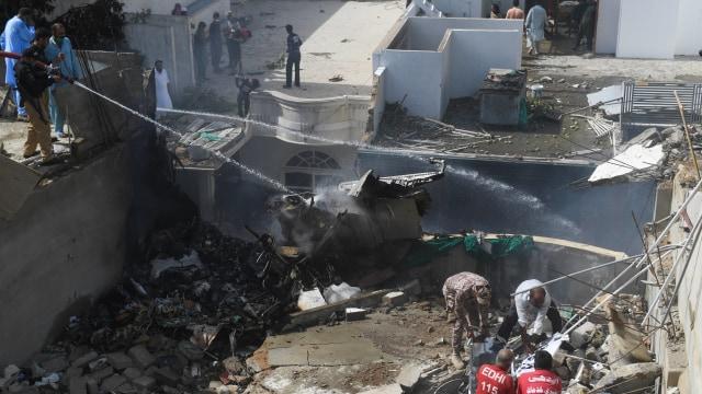 Kesaksian Korban Selamat Pesawat Jatuh di Pakistan: Melihat Cahaya, Saya Lompat (13559)