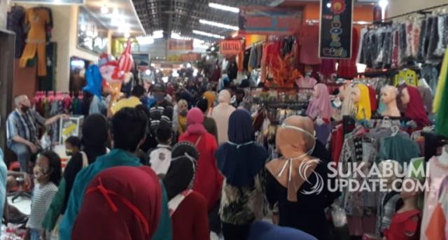 H-1 Lebaran, Warga Berdesakan di Pasar Palabuhanratu, Sukabumi, Abaikan PSBB (36355)