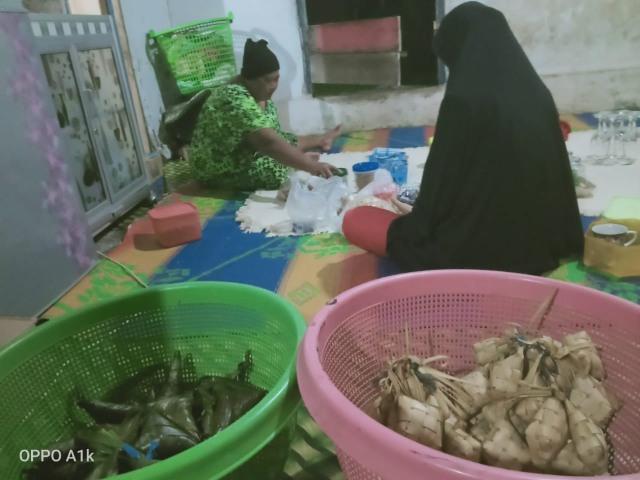 Jaga Tradisi Gotong-royong Bikin Lepat dan Ketupat Warga Melayu Pelalawan, Riau (875675)