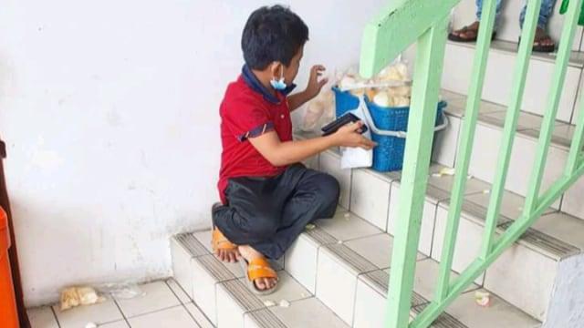 Viral, Bocah Penjual Kerupuk Di-bully hingga Dagangannya Berserakan di Lantai  (1)
