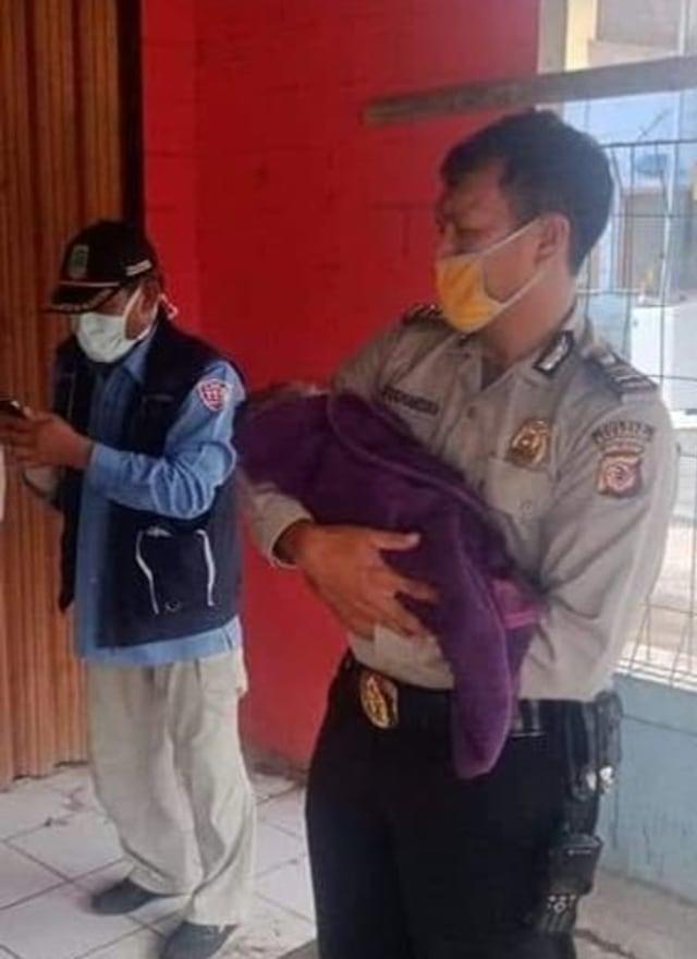 Salut, Polisi di Karawang Bantu Tunawisma Melahirkan di Pinggir Jalan (314643)