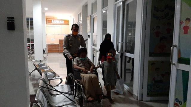 Salut, Polisi di Karawang Bantu Tunawisma Melahirkan di Pinggir Jalan (314645)