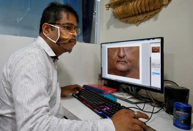 Foto: Pembuatan Masker Bergambar Wajah di India  (42401)