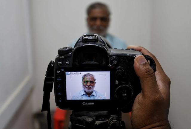 Foto: Pembuatan Masker Bergambar Wajah di India  (42400)