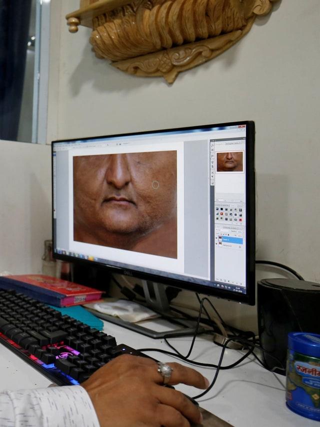 Foto: Pembuatan Masker Bergambar Wajah di India  (42399)