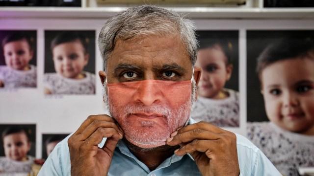 Foto: Pembuatan Masker Bergambar Wajah di India  (42403)