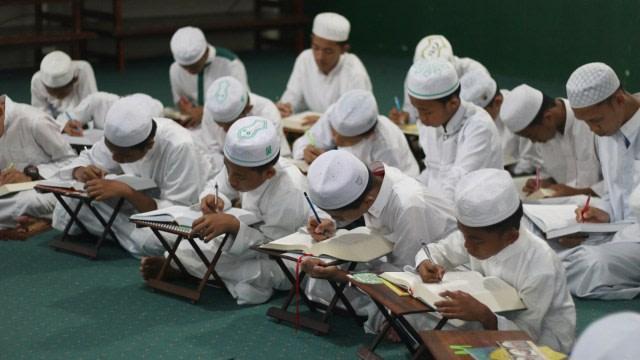 Legislator Sulut Minta Pemerintah Bantu Pesantren Siapkan Fasilitas Kesehatan  (3280)