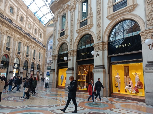 Merk Fashion Terkenal dari Milan (75277)