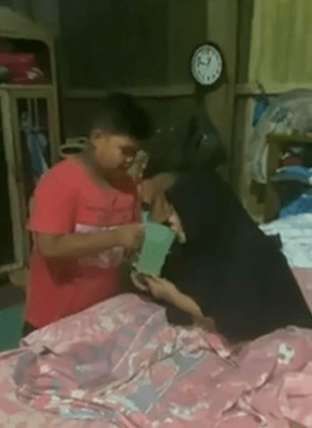 kisah pilu babil rawat orang tuanya yang lumpuh(1).png
