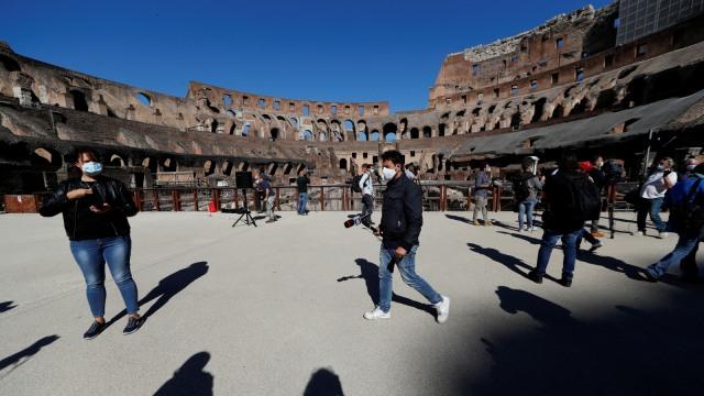 Ukir Nama di Colosseum, Turis Ini Terancam Bui dan Denda Puluhan Juta (1344)