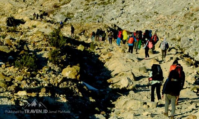 Menikmati Pendakian Gunung Papandayan di Garut (10532)