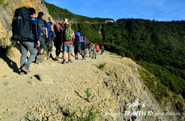 Menikmati Pendakian Gunung Papandayan di Garut (10537)