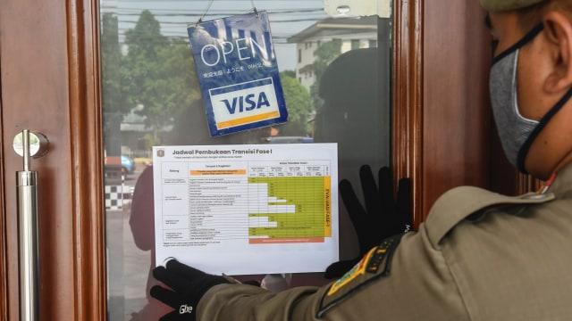 Penindakan Hari ke-3 PSBB DKI: Puluhan Orang Nyapu Jalan; 23 Restoran Ditutup (966711)
